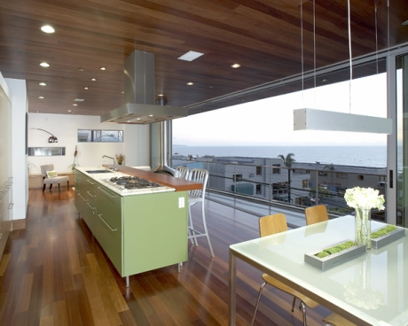 Ett öppet modernt kök med en härlig utsikt